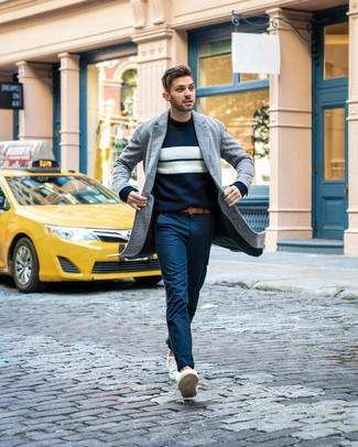 Как и с чем носить: серое длинное пальто, темно-сине-белый свитер с круглым вырезом в горизонтальную полоску, темно-синие брюки чинос, белые низкие кеды