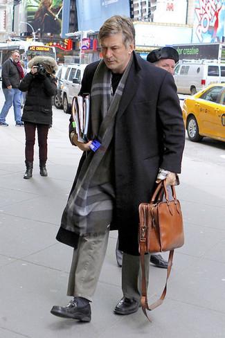 Как и с чем носить: черное длинное пальто, черный свитер с круглым вырезом, серые брюки чинос, черные кожаные лоферы