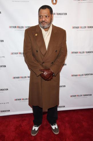 Как и с чем носить: коричневое длинное пальто, белый свитер с круглым вырезом, черные брюки чинос, коричневые кожаные броги