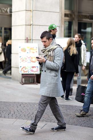 Как и с чем носить: серое длинное пальто в шотландскую клетку, черный свитер с круглым вырезом, темно-серые брюки чинос в шотландскую клетку, темно-синие замшевые низкие кеды