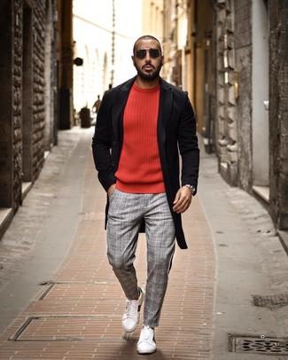 Как и с чем носить: черное длинное пальто, красный свитер с круглым вырезом, серые брюки чинос в шотландскую клетку, белые кожаные низкие кеды