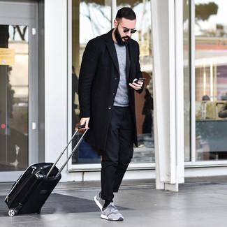 Как и с чем носить: черное длинное пальто, серый свитер с круглым вырезом, черные брюки чинос, серые кроссовки