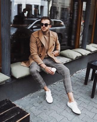 Как и с чем носить: светло-коричневое длинное пальто, светло-коричневый свитер с круглым вырезом, серые брюки чинос в шотландскую клетку, белые низкие кеды