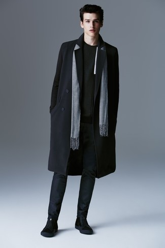 Как и с чем носить: черное длинное пальто, черный свитер с круглым вырезом, темно-синие брюки чинос, черные замшевые ботинки челси