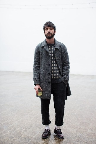 """Темно-серое длинное пальто с узором """"в ёлочку"""": с чем носить и как сочетать: Если не знаешь, в чем пойти на учебу или на работу, темно-серое длинное пальто с узором """"в ёлочку"""" и черные брюки чинос — отличный вариант. Не прочь сделать образ немного строже? Тогда в качестве дополнения к этому луку, обрати внимание на темно-красные кожаные лоферы с кисточками."""