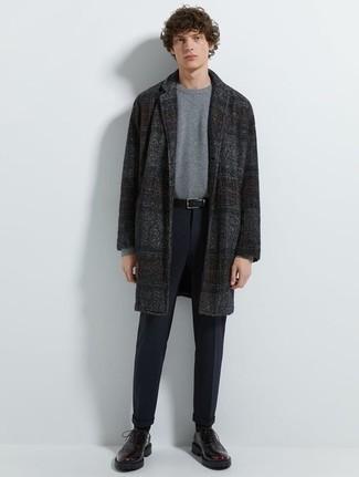 Серый свитер с круглым вырезом: с чем носить и как сочетать мужчине: Серый свитер с круглым вырезом и темно-синие брюки чинос будут выигрышно смотреться в стильном гардеробе самых требовательных мужчин. Весьма недурно здесь будут выглядеть темно-пурпурные кожаные туфли дерби.
