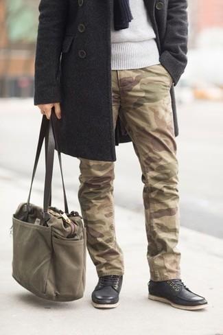Оливковая большая сумка из плотной ткани: с чем носить и как сочетать мужчине: Если ты наметил себе сумасшедший день, сочетание темно-серого длинного пальто и оливковой большой сумки из плотной ткани позволит создать удобный ансамбль в расслабленном стиле. Любишь экспериментировать? Дополни образ черными кожаными повседневными ботинками.