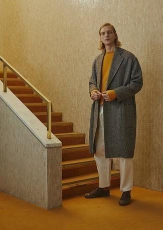 """С чем носить белые брюки чинос: Сочетание серого длинного пальто с узором """"в ёлочку"""" и белых брюк чинос поможет подчеркнуть твою индивидуальность и выгодно выделиться из общей массы. Закончи лук темно-коричневыми низкими кедами из плотной ткани, если боишься, что он получится слишком вычурным."""