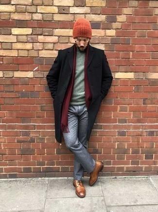 Мужские луки зима: Черное длинное пальто и серые брюки чинос помогут создать гармоничный стильный образ. Вкупе с этим ансамблем органично смотрятся табачные кожаные повседневные ботинки. Такое сочетание одежды вполне может стать настоящим спасением, когда на улице лютый мороз.