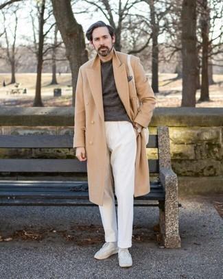 Мужские луки: Если ты принадлежишь к той категории молодых людей, которые любят выглядеть стильно, тебе придется по душе дуэт светло-коричневого длинного пальто и белых брюк чинос. Заверши ансамбль белыми низкими кедами из плотной ткани, если боишься, что он получится слишком вычурным.