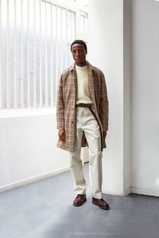 С чем носить бежевый свитер с круглым вырезом мужчине: Знакомые вне всякого сомнения оценят твое чувство стиля, когда увидят тебя в бежевом свитере с круглым вырезом и белых брюках чинос. Любишь эксперименты? Закончи образ темно-коричневыми кожаными повседневными ботинками.