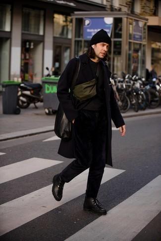 Мужские луки: Черное длинное пальто и черные вельветовые брюки чинос великолепно впишутся в любой мужской лук — лёгкий будничный лук или же строгий вечерний. Такой образ несложно приспособить к повседневным условиям городской жизни, если дополнить его черными кожаными рабочими ботинками.