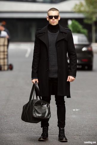 Поклонникам стиля dressy casual придется по вкусу сочетание длинного пальто и черных джинсов. Черные кожаные ботинки идеально дополнят этот лук.