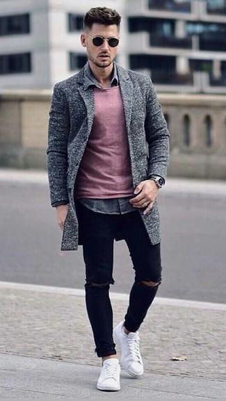 Как и с чем носить: серое длинное пальто, розовый свитер с круглым вырезом, серая джинсовая рубашка, черные рваные зауженные джинсы
