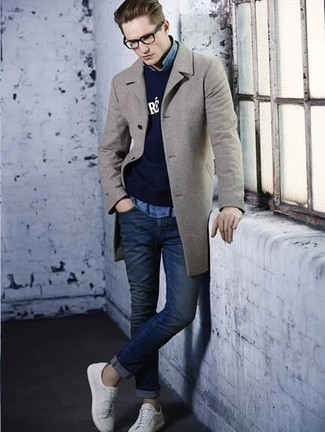 Как и с чем носить: серое длинное пальто, темно-синий свитер с круглым вырезом с принтом, голубая джинсовая рубашка, темно-синие зауженные джинсы