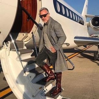 Как и с чем носить: серое длинное пальто в шотландскую клетку, бежевый свитер с круглым вырезом, темно-серые вельветовые джинсы, темно-коричневые кожаные повседневные ботинки