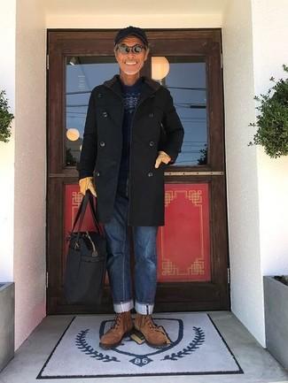 Как и с чем носить: черное длинное пальто, темно-синий свитер с круглым вырезом с жаккардовым узором, синие джинсы, коричневые замшевые повседневные ботинки
