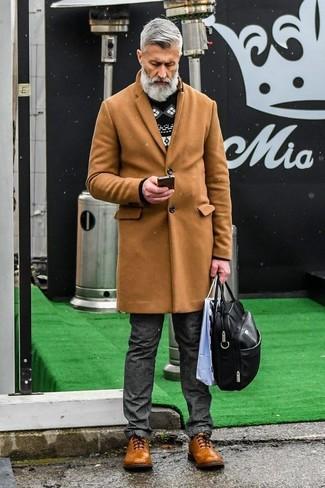 Как и с чем носить: светло-коричневое длинное пальто, черно-белый свитер с круглым вырезом с жаккардовым узором, темно-серые джинсы, коричневые кожаные броги