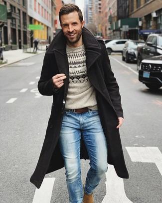 Как и с чем носить: черное длинное пальто, серый свитер с круглым вырезом с жаккардовым узором, голубые джинсы, светло-коричневые замшевые ботинки челси