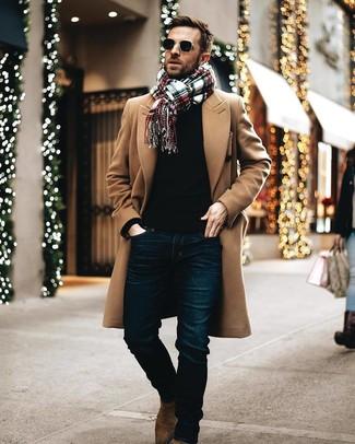 Как и с чем носить: светло-коричневое длинное пальто, черный свитер с круглым вырезом, темно-синие джинсы, коричневые замшевые ботинки челси