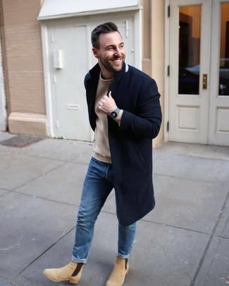 Как и с чем носить: темно-синее длинное пальто, светло-коричневый вязаный свитер с круглым вырезом, синие джинсы, бежевые замшевые ботинки челси