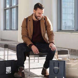 Как и с чем носить: светло-коричневое длинное пальто, темно-красный свитер с круглым вырезом, черные джинсы, темно-коричневые замшевые ботинки челси