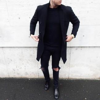 Как и с чем носить: черное длинное пальто, темно-синий свитер с круглым вырезом, черные рваные джинсы, черные кожаные ботинки челси