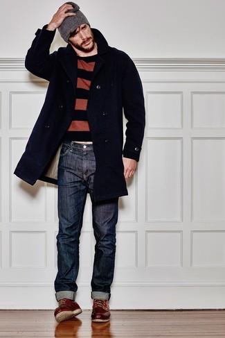 Серая шапка: с чем носить и как сочетать мужчине: Если у тебя наметился насыщенный день, сочетание темно-синего длинного пальто и серой шапки позволит создать практичный лук в расслабленном стиле. В сочетании с темно-красными кожаными рабочими ботинками весь лук выглядит очень живо.