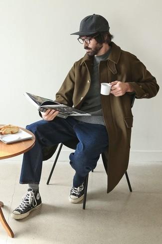 Темно-синие джинсы: с чем носить и как сочетать мужчине: Комбо из оливкового длинного пальто и темно-синих джинсов идеально подойдет для офиса. Любители незаезженных сочетаний могут завершить лук черно-белыми высокими кедами из плотной ткани.