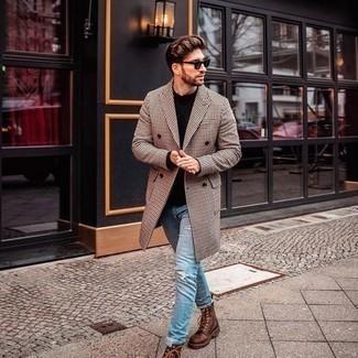 """С чем носить темно-коричневые солнцезащитные очки мужчине: Сочетание светло-коричневого длинного пальто с узором """"гусиные лапки"""" и темно-коричневых солнцезащитных очков - самый простой из возможных ансамблей для активного уикенда. Очень органично здесь будут смотреться коричневые кожаные повседневные ботинки."""