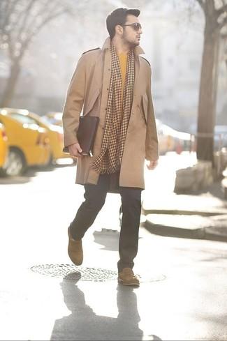 Как и с чем носить: светло-коричневое длинное пальто, желтый свитер с круглым вырезом, черные джинсы, светло-коричневые замшевые лоферы