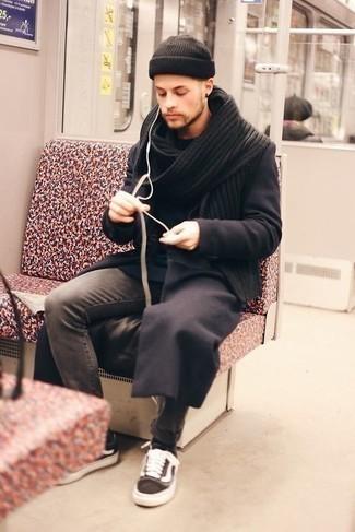 С чем носить черную шапку мужчине: Если ты отдаешь предпочтение комфорту и функциональности, обрати внимание на сочетание темно-коричневого длинного пальто и черной шапки. Говоря об обуви, можно завершить образ темно-коричневыми низкими кедами из плотной ткани.