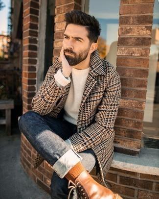 """С чем носить коричневые кожаные повседневные ботинки мужчине: Сочетание светло-коричневого длинного пальто с узором """"гусиные лапки"""" и темно-серых джинсов может стать великолепным офисным луком. В паре с этим ансамблем наиболее уместно будут смотреться коричневые кожаные повседневные ботинки."""