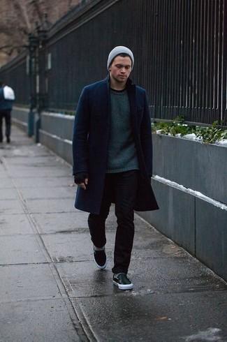 Как и с чем носить: темно-синее длинное пальто, темно-зеленый свитер с круглым вырезом, черные зауженные джинсы, черные кожаные слипоны