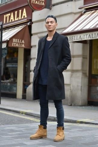 Как и с чем носить: черное длинное пальто, темно-синий вязаный свитер с круглым вырезом, темно-синие зауженные джинсы, светло-коричневые замшевые рабочие ботинки