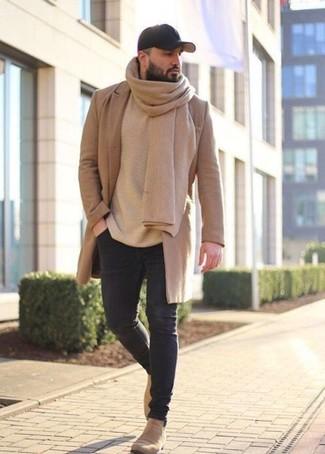 Как и с чем носить: светло-коричневое длинное пальто, бежевый свитер с круглым вырезом, черные зауженные джинсы, бежевые замшевые ботинки челси