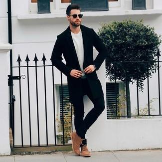 Как и с чем носить: черное длинное пальто, бежевый свитер с круглым вырезом, черные зауженные джинсы, коричневые замшевые ботинки дезерты