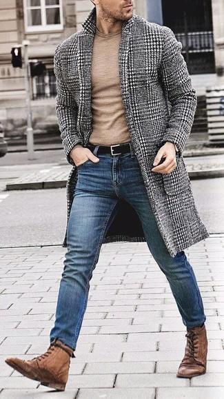 """Как и с чем носить: черно-белое длинное пальто с узором """"гусиные лапки"""", светло-коричневый свитер с круглым вырезом, синие зауженные джинсы, коричневые кожаные ботинки броги"""