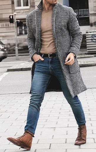 """Как и с чем носить: серое длинное пальто с узором """"гусиные лапки"""", светло-коричневый свитер с круглым вырезом, синие зауженные джинсы, коричневые кожаные повседневные ботинки"""