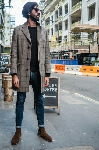 Как и с чем носить: серое длинное пальто в клетку, черный свитер с круглым вырезом, темно-синие зауженные джинсы, темно-коричневые замшевые ботинки челси