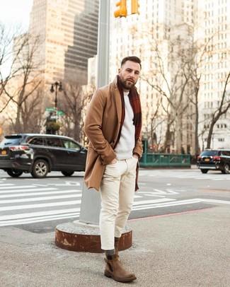 Как и с чем носить: светло-коричневое длинное пальто, бежевый свитер с круглым вырезом, бежевые зауженные джинсы, коричневые кожаные ботинки челси