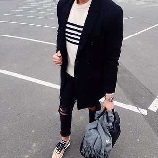 Как и с чем носить: темно-синее длинное пальто, бело-темно-синий свитер с круглым вырезом в горизонтальную полоску, черные рваные зауженные джинсы, светло-коричневые низкие кеды