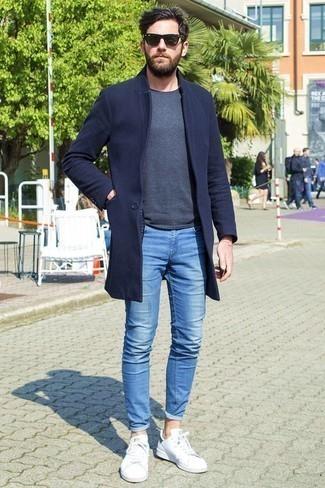 Темно-синее длинное пальто: с чем носить и как сочетать: Если превыше всего ты ценишь комфорт и функциональность, не обходи стороной это дуэт темно-синего длинного пальто и синих зауженных джинсов. Тебе нравятся дерзкие решения? Тогда дополни свой ансамбль белыми низкими кедами.
