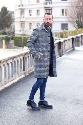 Синие зауженные джинсы: с чем носить и как сочетать мужчине: Тандем серого длинного пальто в шотландскую клетку и синих зауженных джинсов позволит создать нескучный мужской образ в повседневном стиле. Весьма неплохо здесь выглядят черные кожаные массивные туфли дерби.
