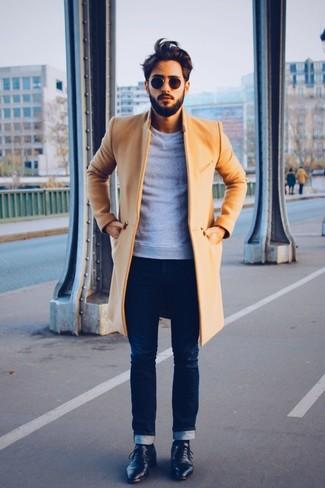 Комбо из длинного пальто и темно-синих зауженных джинсов поможет создать стильный и мужественный образ. Выбирая обувь, сделай ставку на классику и надень черные кожаные туфли дерби.