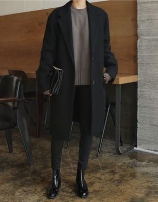 Мужские луки: Сочетание черного длинного пальто и черных зауженных джинсов выглядит привлекательно и необычно. Такой ансамбль получит новое прочтение в тандеме с черными кожаными ботинками челси.