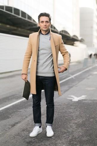 длинное пальто в сочетании с черными джинсами — хороший вариант для создания образа в стиле элегантной повседневности. Белые низкие кеды помогут сделать образ менее официальным.