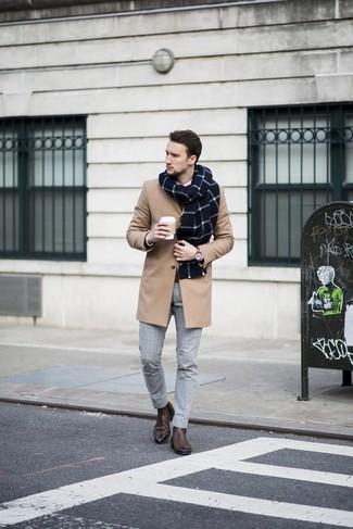 Как и с чем носить: светло-коричневое длинное пальто, коричневый свитер с круглым вырезом, белая классическая рубашка, серые классические брюки в клетку