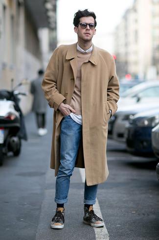 Модные мужские луки 2020 фото: Если ты из той когорты молодых людей, которые любят выглядеть с иголочки, тебе полюбится лук из светло-коричневого длинного пальто и синих джинсов. Любишь смелые решения? Можешь дополнить свой ансамбль темно-серыми высокими кедами с принтом.