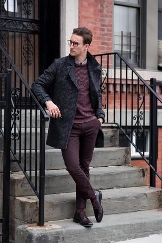 Модные мужские луки 2020 фото: Темно-серое длинное пальто в шотландскую клетку и темно-красные брюки чинос будут выигрышно смотреться в модном гардеробе самых взыскательных молодых людей. Думаешь сделать лук немного строже? Тогда в качестве обуви к этому образу, стоит обратить внимание на темно-красные кожаные туфли дерби.
